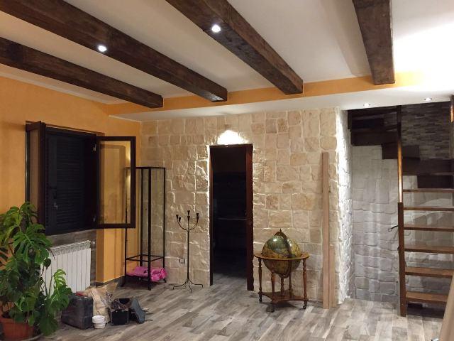 Travi in finto legno edilizia noleggio scenografie for Polistirolo finto legno