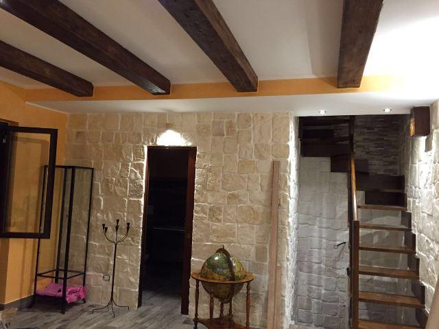 Travi in finto legno edilizia scenografie for Polistirolo finto legno