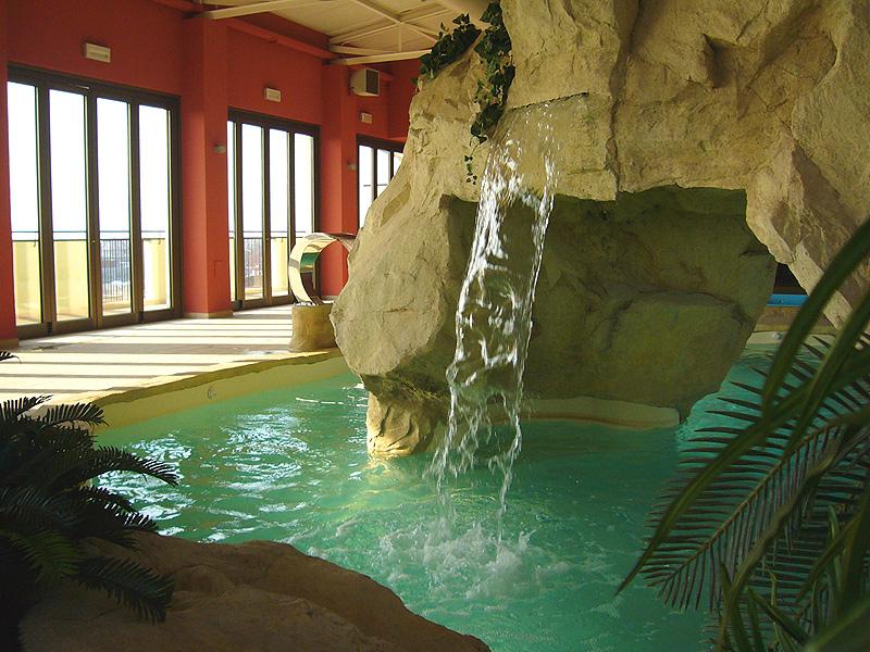 Piscina da interno poltrone e salotti da giardino per bordo piscina ingrosso arredo insieme a - Piscine da interno ...